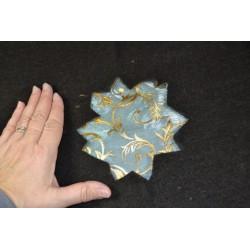Organza fond coloris champagne, motifs étoiles dorées ,  largeur : 150 cm, vendu par 50 cm