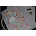 Mon SacCreaExpress : Rangement Créatif N°2 Fond Gris à Pois Blancs avec un Cercle ou Tambour à broder