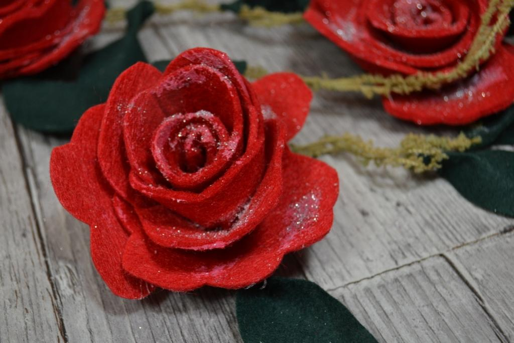 guirlande-roses-feutrine-decoration-embrase