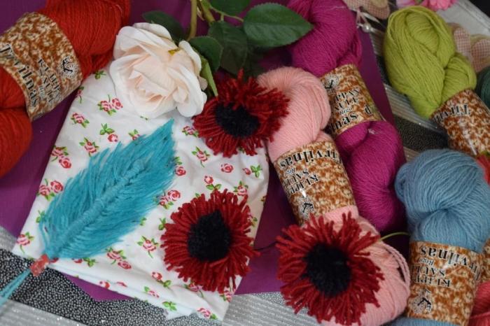 Comment réaliser des fleurs et plumes en laine, vidéo